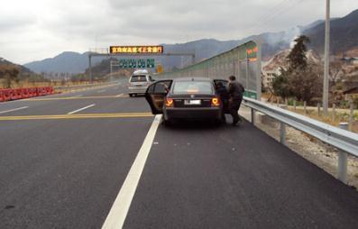 高速上爆胎可以在应急车道换胎吗,操作时要注意些什么