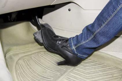开车有哪些危险行为?男人四大驾驶陋习VS女人开车陋习