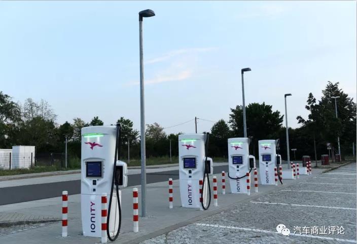 美国电动汽车充电桩分布不均匀,加州数量几乎是充电桩最少39个州数量之和