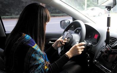 等红绿灯或拥堵路段车辆停止时玩手机,违法吗?会被扣分罚款吗